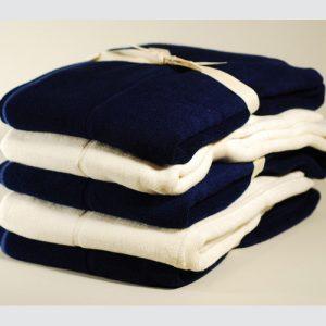 Quatres tapis de douche en bambou bleu et crème